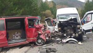 Kütahyada minibüsler çarpıştı: 1 ölü, 15 yaralı