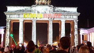 10 binlerce Berlinli gece yarısı sokaklara döküldü