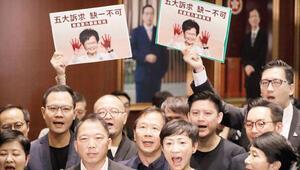 Hong Kong liderinin konuşması yarıda kesildi
