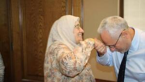 Başkan Tosyalı, annesinin elini öpüp duasını aldı