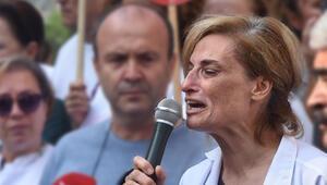 Boğazı kesilen doktorun annesi, açıklama sırasında fenalaştı