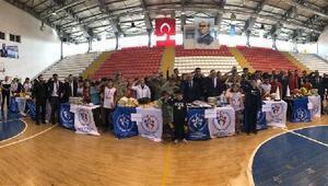 Kars'ta sporcu gençler protokolle asker selamı verdi