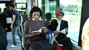 Konya Büyükşehir Belediyesinden tramvaydaki yolcuları kitap hediyesi
