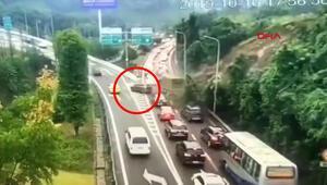 Çinde toprak kayması: Sürücü son anda kaçtı