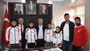 Yenişehir Belediyesporlu güreşçilerden Başkan Aydına ziyaret