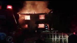 Bartında 2 katlı ahşap bina yandı