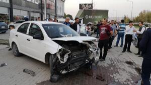 Kontrolden çıkan otomobil, park halindeki araçlara çarptı: 1 yaralı