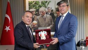 Kazak Büyükelçi Tomris filminin gösterimini talep etti