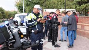 Polis, okul önlerinde denetim yaptı