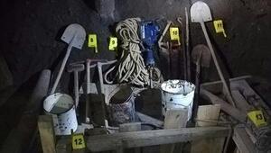 Karsta 10 metrelik çukurda kaçak kazı yapan 5 kişiye suçüstü