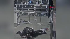 Uçağına geç kalan yolcu, havaalanını birbirine kattı