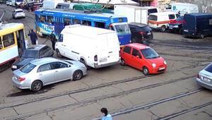 Tramvay yoluna park edince trafiği saatlerce felç etti
