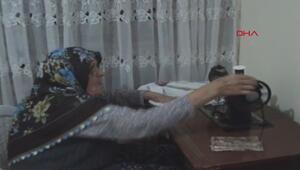 90 yaşındaki Fatma nine çeyizlik dikiş makinesiyle dikiş dikiyor