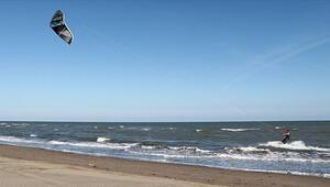 Karadenizde uçurtma sörfü keyfi