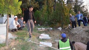 İstimlak nedeniyle boşaltılan köyün mezarlığı taşınıyor