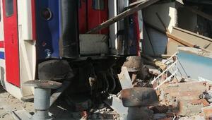 Yolcu treni, bakım atölyesindeki odaya çarptı: 1 yaralı