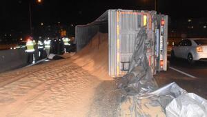 İzmirde, kontrolden çıkan kamyon devrildi