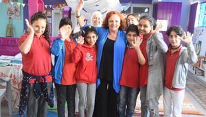 İrlandalı kadın İzmirde göçmenler için dernek kurdu