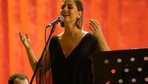 Gaziemirde şarkıcı Dilek Türkan Cumhuriyet konseri verdi