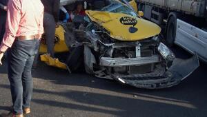 Ticari taksi kamyona çarptı: 1 ölü, 2 yaralı