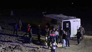 Vanda askerleri taşıyan midibüs kaza yaptı