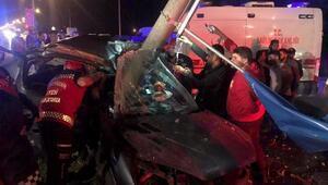 Aydınlatma direğine çarpan otomobil metal yığınına döndü: 2 yaralı