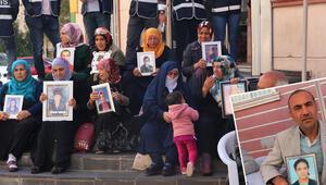 HDP önünde oturan baba: Bir fırsatını buldun mu kaç gel