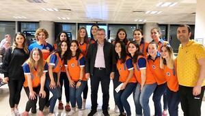 Üsküdar Belediyesporun kadın hentbolcuları alkışlanıyor