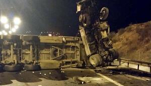 Önündeki TIRın dorsesine çarpan TIR şoförü öldü
