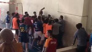 Öğretmenlerin kavgasını öğrenciler ayırdı