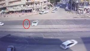 Trafikte zorlanan engelliye polis aracıyla kalkan oldu