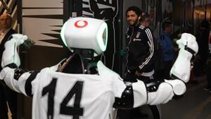 Robot Veysi derbiye renk kattı