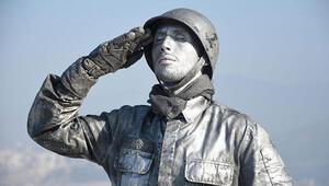 Asker selamı veren canlı heykelin rekor denemesi sürüyor
