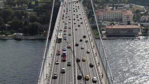 Klasik otomobillerin 15 Temmuz Şehitler Köprüsünden geçişi havadan fotoğraflandı