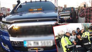 İlginç anlar... Polis ceza yazdı Onlar fotoğraf çektirdi