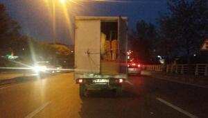 Kapısı iple tutturulan kamyonetle tehlikeli yolculuk