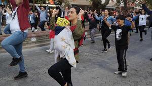 Kucağında bebeğiyle zeybek oynadı, Türkiye onu konuştu: Kalbim güm güm attı