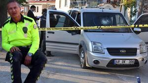 'Dur' ihtarına uymadı ortalığı birbirine kattı Aracın önüne atlayan polisi 2 kilometre taşıdı