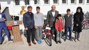 Sorgunda 76 öğrenciye bisiklet dağıtıldı