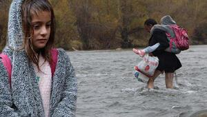 Çocuklarını servise ulaştırmak için suları aşıyor: Kaç kere ölüm tehlikesi yaşadık