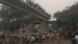 Hindistanda avukatlar ve polis arasında çatışma çıktı