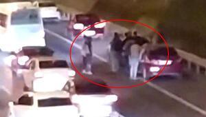 Trafikte 4 kişi birbirine girdi, diğer sürücüler ayırdı