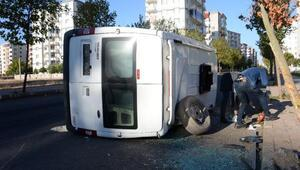 Servis minibüsü ile taksi çarpıştı: 5 işçi yaralı