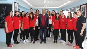 Mudanya Belediyesi Kadın Hentbol Takımı, Başkan Türkyılmazı ziyaret etti