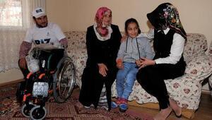Okula annesinin sırtında giden Suna'ya tekerlekli sandalye geldi