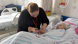 Hastanede yatan hastaların kişisel bakımlarını yaptılar