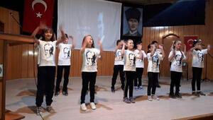 İlkokul öğrencileri '10 Kasım Benim En Büyük Yasım' şarkısını işaret diliyle sundu
