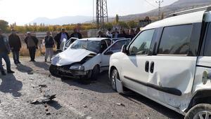 Hafif ticari araç ile otomobil çarpıştı: 11 yaralı