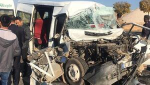 Mardinde öğrencileri taşıyan minibüs kamyona çarptı: 14 yaralı