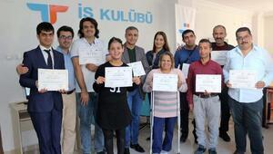 Eğitim seminerine katılan engelli bireylere sertifika